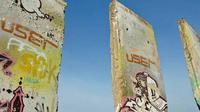 Bagian dari Tembok Berlin yang digambari graffiti. (AFP)
