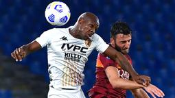 Gelandang AS Roma, Bryan Cristante (kanan) berebut bola dengan gelandang Benevento, Bryan Dabo dalam lanjutan Serie A Italia, di Stadion Olimpico, Senin (19/10/2020). AS Roma menang 5-2 atas tamunya Benevento dalam laga tersebut. (Tiziana FABI / AFP)