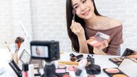 Ilustrasi wanita memakai make up. (Shutterstock)