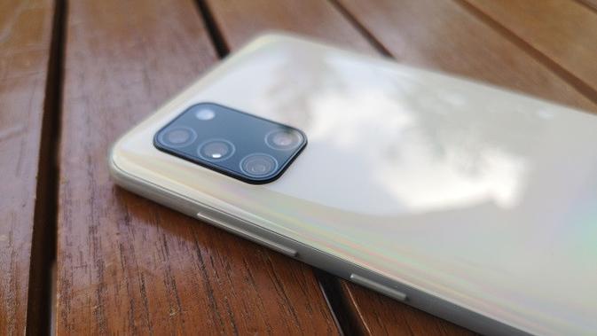 Bagian kanan Samsung Galaxy A31. (Liputan6.com/Agustinus M. Damar)