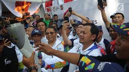 Wali Kota Bogor, Bima Arya Sugiarto menerima obor Asian Games 2018 di rumah dinas wali kota, Jawa Barat, Selasa (14/8). Kirab obor Asian Games mengelilingi pusat Kota Bogor dengan rute sepanjang 10 kilometer secara estafet. (Merdeka.com/Arie Basuki)