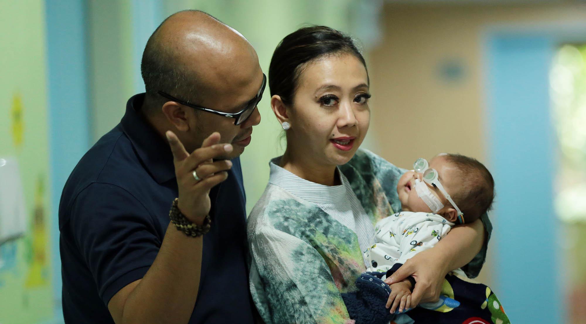 Asri Welas menggendong Ibran saat diperbolehkan keluar dari Rumah Sakit. (Deki Prayoga/Bintang.com)