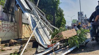 Pohon dan Reklame yang Roboh Belum Dievakuasi Usai Angin Kencang, Jalanan Depok Macet Parah