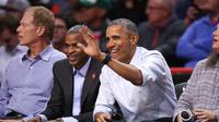 Barack Obama menjadi saksi saat tim favoritnya, Chicago Bulls, menundukkan Creveland Cavaliers 97-95 di laga pembuka musim NBA.