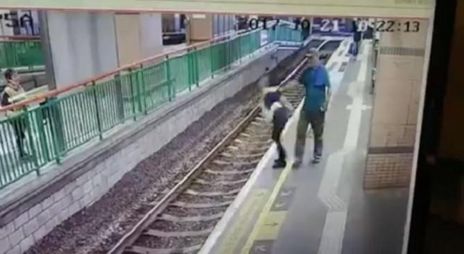 Petugas kereta didorong ke rel. Source: Shanghaiist.com