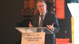 Gubernur Bank Sentral AS (Federal Reserve) Wilayah New York John C. Williams menjawab pertanyaan peserta dalam sesi Central Banking Forum 2018 pada IMF-WB Group 2018 di Bali, Rabu (10/10). (Liputan6.com/Angga Yuniar)