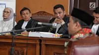 Terdakwa kasus penyebaran berita bohong atau hoaks Ratna Sarumpaet (kiri) mendengarkan kesaksian Wakil Ketua DPR Fahri Hamzah saat sidang di PN Jakarta Selatan, Selasa (7/5/2019). Fahri berpendapat, usai Ratna Sarumpaet meminta maaf seharusnya kasus ini selesai. (Liputan6.com/Faizal Fanani)