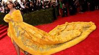 Rihanna saat menghadiri acara Met Gala 2015. (foto: nylon magazine)