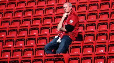 Seorang pendukung terlihat di tribun usai pertandingan antara Liverpool dan Wolverhampton Wanderers pada lanjutan Liga Inggris di stadion Anfield (12/5/2019). Meskipun menang 2-0, Liverpool gagal meraih juara Liga Inggris karena Manchester City mengalahkan Brighton 4-1. (AP Photo/Dave Thompson)