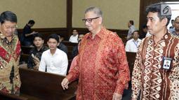 Terdakwa kasus dugaan suap proyek PLTU Riau-1, Sofyan Basir (tengah) saat tiba untuk menjalani sidang lanjutan di Pengadilan Tipikor, Jakarta, Senin (1/7/2019). Sidang beragendakan pembacaan tanggapan atas nota keberatan terdakwa oleh JPU KPK. (Liputan6.com/Helmi Fithriansyah)