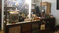 Raya's Kitchen and Coffee menawarkan sensasi minum kopi sembari berwisata barang antik dengan suasana yang tenang