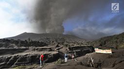 Wisatawan mengabadikan gunung Bromo yang sedang mengalami erupsi di Probolinggo, Jawa Timur, Selasa (26/3/2019). Kawasan wisata Gunung Bromo masih aman dikunjungi wisatawan asalkan tidak melakukan aktivitas di area dalam radius satu kilometer dari kawah Gunung Bromo. (merdeka.com/Arie Basuki)