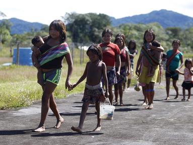 Masyarakat pribumi berjalan untuk melakukan konsultasi medis di Negara Bagian Roraima, Brasil (30/6/2020). Tim medis militer Brasil menyediakan perawatan medis bagi masyarakat pribumi mulai 30 Juni hingga 5 Juli, termasuk tes COVID-19. (Xinhua/Lucio Tavora)