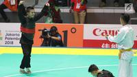 Pesilat Indonesia, Abdul Malik saat bertarung melawan Pesilat Vietnam, Dinh Tuan Nguyen di Arena Pendopo Pencak Silat TMII, Jakarta, Kamis (23/8). Pesilat Abdul Malik unggul dengan skor 3-1 di kelas 50-55 kg. (Liputan6.com/Fery Pradolo)