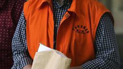 Mantan Menteri Sosial, Juliari P Batubara berjalan meninggalkan Gedung KPK usai menjalani pemeriksaan, Jakarta, Jumat (5/3/2021). Juliari Batubara diperiksa sebagai tersangka suap pengadaan paket bantuan sosial penanganan COVID-19 untuk wilayah Jabodetabek 2020. (Liputan6.com/Helmi Fithriansyah)