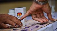 Warga mencelupkan jarinya ke dalam tinta usai mencoblos pada pemungutan suara ulang pemilu 2019 di TPS-6 Desa Lamteumen Timur, Banda Aceh, Aceh, Kamis (25/4). Pemungutan suara ulang karena adanya penggunaan formulir C6 pemilih yang telah meninggal pada pemilu 17 April lalu. (CHAIDEER MAHYUDDIN/AFP)