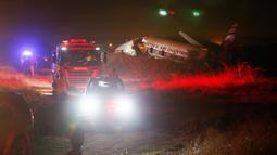 Sebuah pesawat jatuh di dekat kota Pretoria, Afrika Selatan, Selasa (7/10). Hidung dan ekor pesawat Martin Air Charter itu hancur dan terbakar setelah jatuh di lingkungan perumahan Derdepoort di Pretoria, dekat Bandara Wonderboom. (AP/Phil Magakoe)