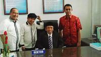 Qomar didampingi personel 4 Sekawan usai dilantik menjadi rektor. (Liputan6.com/Fajar Eko Nugroho)
