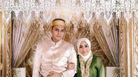 Muzdalifah dan Fadel Islami berpose di pelaminan menggunakan baju adat Bugis, Makassar. (https://www.instagram.com/p/CGFBJuYAZbL/)
