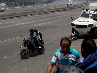 Detik-Detik Demonstran Ditabrak Mobil Lapis Baja di Venezuela