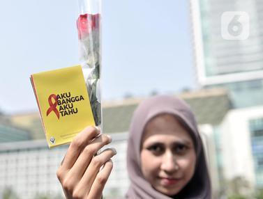 Peringati Hari AIDS Sedunia, Aktivis Bagikan Bunga Mawar