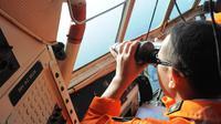 Anggota Basarnas meneropong ke arah perairan Belitung Timur saat melakukan pencarian pesawat AirAsia QZ8501, Senin (29/12/2014). (Liputan6.com/Herman Zakharia)