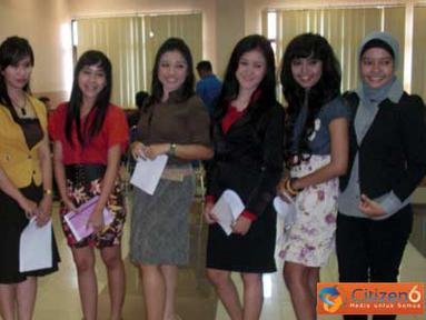 Citizen6, Surabaya: Finalis Lomba Presenter yang berhasil lolos dalam acara SGTC di Kampus Unair, Surabaya, Kamis (17/3). (Pengirim: Kelompok 15)