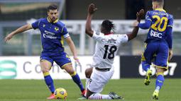 Pemain AC Milan, Soualiho Meite, menghadang pemain Verona, Miguel Veloso, pada laga Liga Italia di Stadion Bentegodi, Minggu (7/3/2021). AC Milan menang dengan skor 2-0. (Spada/LaPresse via AP)