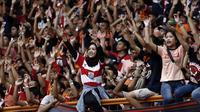 Suporter Persija Jakarta, The Jakmania, memberikan dukungan saat melawan Sriwijaya FC pada laga Liga 1 di Stadion Wibawa Mukti, Jawa Barat, Sabtu (24/11). Persija menang 3-2 atas Sriwijaya. (Bola.com/Yoppy Renato)