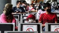 Calon penumpang  kereta menunggu untuk mengikuti rapid test antigen di Stasiun Gambir, Jakarta, Rabu (23/12/2020). Penumpang diharuskan untuk menunjukkan hasil rapid test antigen atau tes PCR yang negatif selambat-lambatnya 3 hari sebelum tanggal keberangkatan.  (Liputan6.com/Johan Tallo)