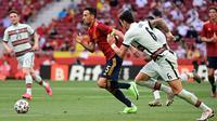 Lima menit berselang, Tim Matador membalas. Intersepsi Sergio Busquets memungkinkan Spanyol melakukan serangan balik. Sayangnya crossing Pablo Sarabia tidak dapat dituntaskan oleh Ferran Torres. (Foto: AFP/Javier Soriano)