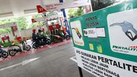 Suasana di SPBU Abdul Muis, Jakarta, Jumat (2/2). Saat ini, harga minyak dunia sudah mencapai US$ 70 per barel, atau naik sekitar 25 persen sejak awal tahun. (Liputan6.com/Angga Yuniar)