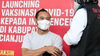 Mantan kapten Persib Bandung, Atep, ikut menjalani vaksin COVID-19 bersama Plt Bupati Cianjur, Herman Suherman, di Kabupaten Cianjur beberapa waktu lalu. (Dok. Pribadi)