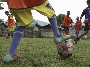 Sebanyak 12 anak yang terpilih seleksi Liga Remaja UC News berlatih di Ambon, Lapangan Masariku Yonif 733, Maluku, Kamis (30/11/2017). Para pesepak bola muda ini akan mengikuti pelatihan ke Jakarta. (Bola.com/Vitalis Yogi Trisna)