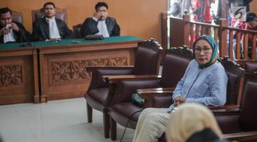 Terdakwa kasus dugaan penyebaran berita bohong atau hoaks Ratna Sarumpaet menjalani sidang dengan agenda pembacaan tuntutan oleh Jaksa Penuntut Umum di PN Jakarta Selatan, Selasa (28/5/2019). Ratna dituntut 6 tahun penjara di kasus penyebaran berita bohong atau hoaks. (Liputan6.com/Faizal Fanani)