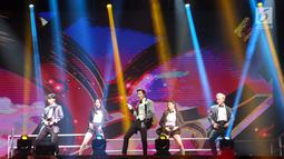 TVXQ tampil menghibur penonton saat konser perdana bertajuk Circle di ICE BSD, Tangerang, Sabtu (31/8/2019). Mengenakan busana hitam putih, kehadiran U-Know Yunho dan Shim Changmin disambut teriakan histeris penggemarnya yang akrab disapa Cassiopeia. (Liputan6.com/Fery Pradolo)