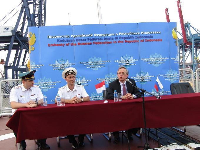 Kapten Alexei Ulyanenko dan Duta Besar Rusia untuk Indonesia Mikhail Y. Galuzin saat melakukan konferensi pers terkait kedatangan kapal perang Varyag Commander (Liputan6.com/Teddy Tri Setio Berty)