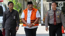 Kontraktor yang merupakan tersangka penyuap Bupati Indramayu, Carsa dengan pengawalan tiba untuk pemeriksaan di Gedung KPK, Jakarta, Senin (21/10/2019). Carsa diperiksa terkait dugaan korupsi suap pengaturan proyek di lingkungan Pemerintah Kabupaten Indramayu Tahun 2019. (merdeka.com/Dwi Narwoko)