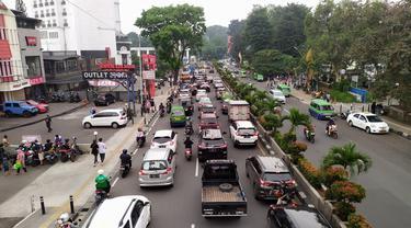 Arus lalu lintas di sejumlah ruas jalan di Kota Bogor macet saat penerapan ganjil genap, Sabtu (1/5/2021).