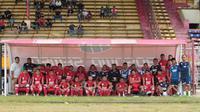 Pemain PSM Makassar menjajal kursi baru di bench pemain Stadion Andi Mattalatta Mattoangin (AMM), Makassar, Minggu (9/6/2019). (Bola.com/Abdi Satria) L