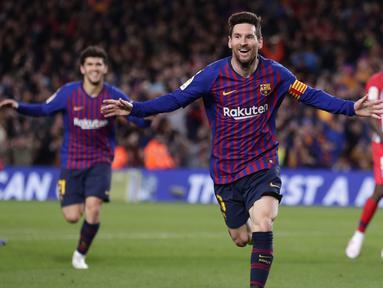 Striker Barcelona, Lionel Messi, melakukan selebrasi usai membobol gawang Atletico Madrid pada laga La Liga di Stadion Camp Nou, Sabtu (6/4). Barcelona menang 2-0 atas Atletico Madrid. (AP/Manu Fernandez)
