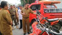Walikota Cirebon Nashrudin Azis meninjau kesiapan personel dan perlengkapan kebencanaan di Balai Kota Cirebon. Foto (Liputan6.com / Panji Prayitno)