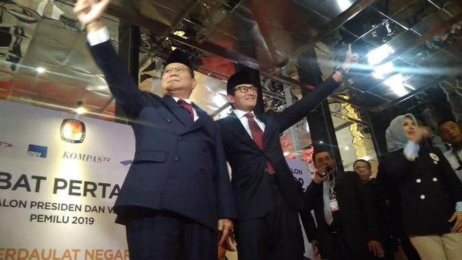 Pasangan calon nomor 02 Prabowo Subianto dan Sandiaga Uno saat tiba di lokasi debat capres cawapres. (Merdeka.com/Muhammad Genantan Saputra)