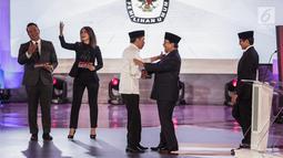 Capres nomor urut 01 Joko Widodo atau Jokowi berpelukan dengan capres nomor urut 02 Prabowo Subianto usai debat perdana Pilpres 2019 di Hotel Bidakara, Jakarta, Kamis (17/1). Debat bertema hukum, HAM, terorisme, dan korupsi.(Www.sulawesita.com)
