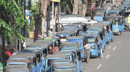 Bajaj antre mengisi BBG di SPBG Pemuda, Jakarta, Kamis (15/11). Keadaan ini diperparah dengan beberapa SPBG di Jakarta yang mengalami kerusakan sehingga pengendara harus rela antre hingga lebih dari 1 jam untuk mengisi BBG. (Merdeka.com/Iqbal S. Nugroho)