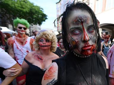Seorang wanita memakai kostum dan berdandan menyerupai zombie saat mengambil bagian dalam acara Zombie Walk di kota Strasbourg, Prancis, 14 September 2019. Acara yang digelar dalam rangka Festival Film Fantasi Eropa ke-12 ini berlangsung dari  14 hingga 23 September. (FREDERICK FLORIN / AFP)