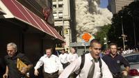 Stephen Cooper, paling kiri, berlari ketika menara selatan WTC New York, AS, runtuh dalam peristiwa 9/11 tahun 2001. Cooper meninggal dunia karena Corona COVID-19, kata keluarganya, menurut The Palm Beach Post. (Credit: AP Photo/Suzanne Plunkett)
