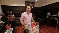Bakal calon wali kota Surabaya dari PDI Perjuangan Eri Cahyadi mengemasi barang-barang di kantor Bappeko. (Foto: Liputan6.com/Dian Kurniawan)