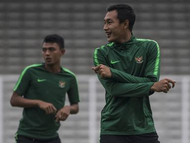 Pemain Timnas Indonesia, Hansamu Yama, melakukan pemanasan saat latihan di Stadion Madya, Jakarta, Minggu (11/11). Latihan ini persiapan jelang laga Piala AFF 2018 melawan Timor Leste. (Bola.com/Vitalis Yogi Trisna)
