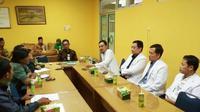 Dirut RSI Sultan Agung Semarang dr Masyhudi MKes beserta sejumlah dokter spesialis dari Cardiac Center RSI Sultan Agung sedang menyampaikan paparan di rumah sakit tersebut. (foto: Liputan6.com/SM/Eko Fataip)